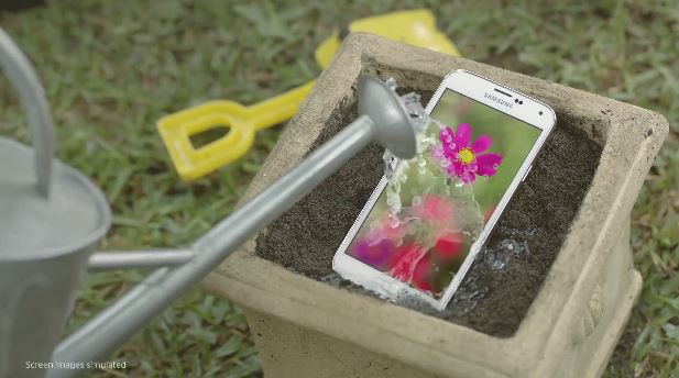 GalaxyS5の防水防塵性を紹介した動画がYoutubeにアップされる。