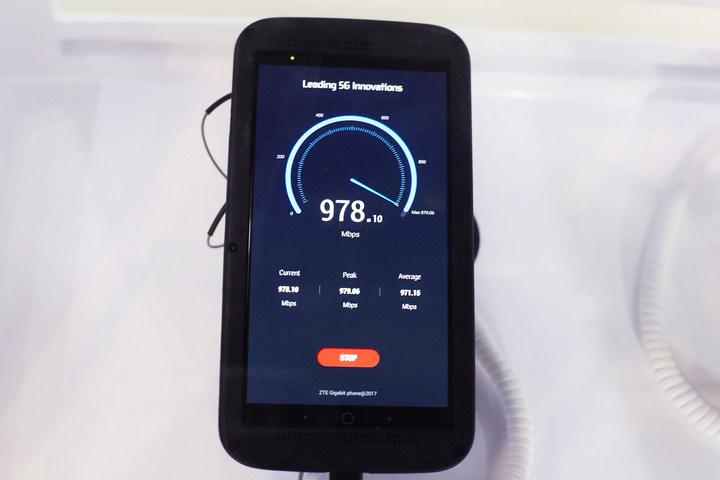ZTE、ダウンロード速度 1Gbpsを実現した「Gigabit Phone」を参考展示