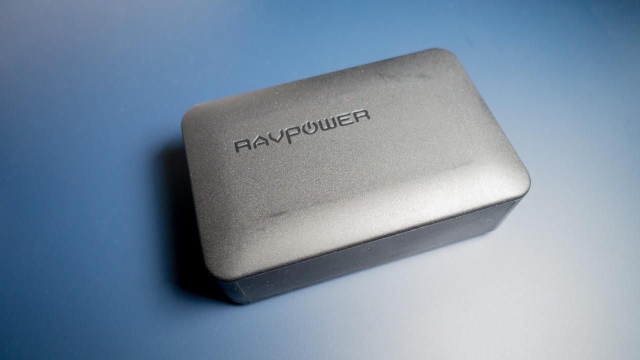 RAVPowerのコンパクトな40W 4ポート充電器で空いたスペースを有効活用する