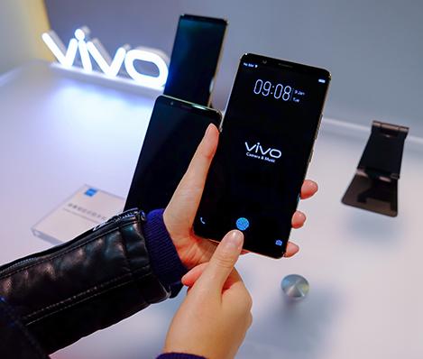 中国 Vivo、指紋センサーをディスプレイに内蔵したスマートフォンを披露